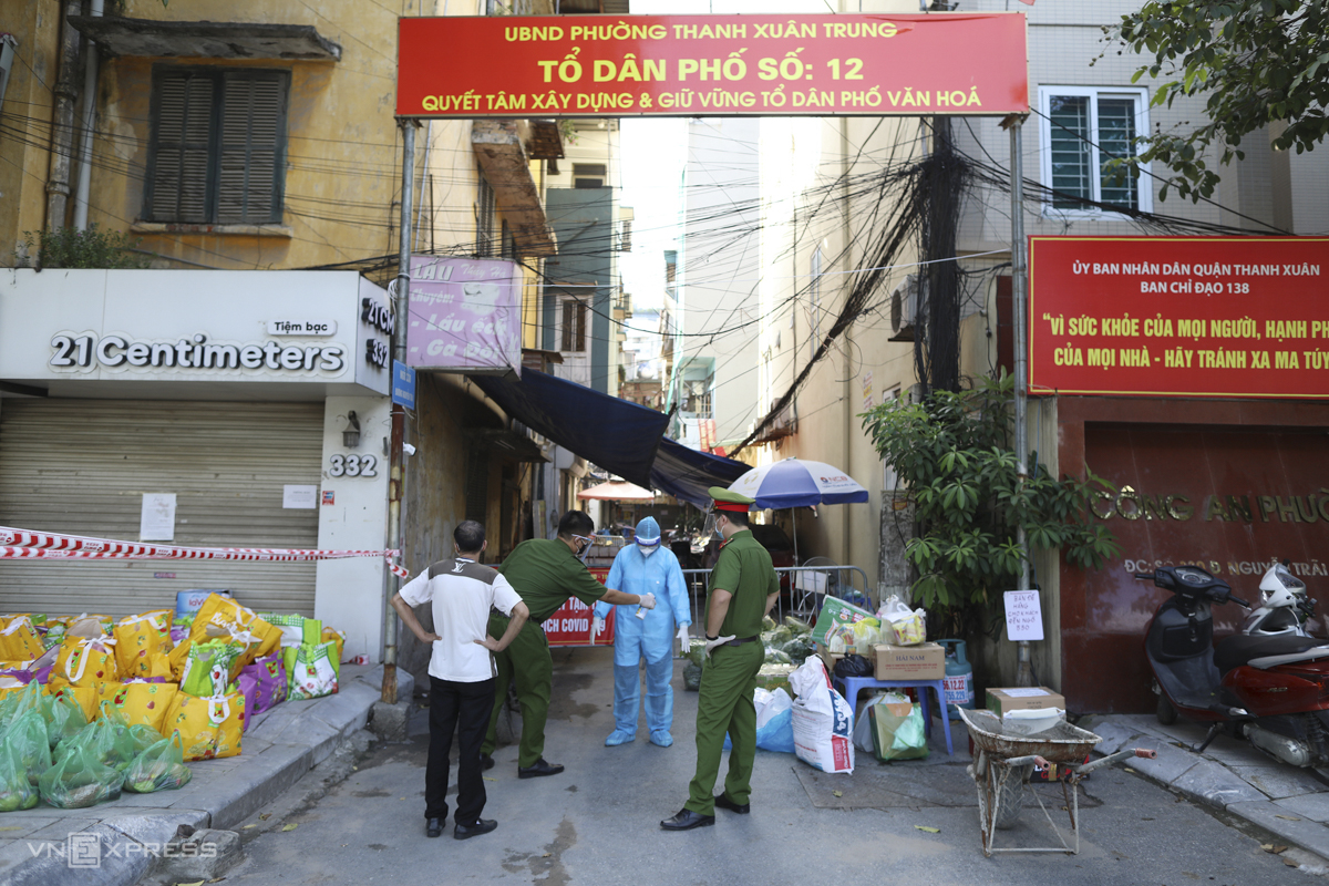 Authorities have locked down alleys 328 and 330, Nguyen Trai Street in Thanh Xuan Trung Ward and tested all their residents. Ten out of 11 wards in Thanh Xuan District have reported cases so far.