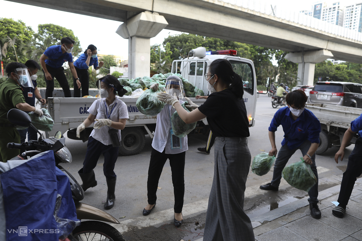 Volunteers and local task forces deliver food and other essential items to people under lockdown at the two alleys.  In the ongoing Covid wave, which began four months ago, Hanoi has recorded more than 3,000 cases.
