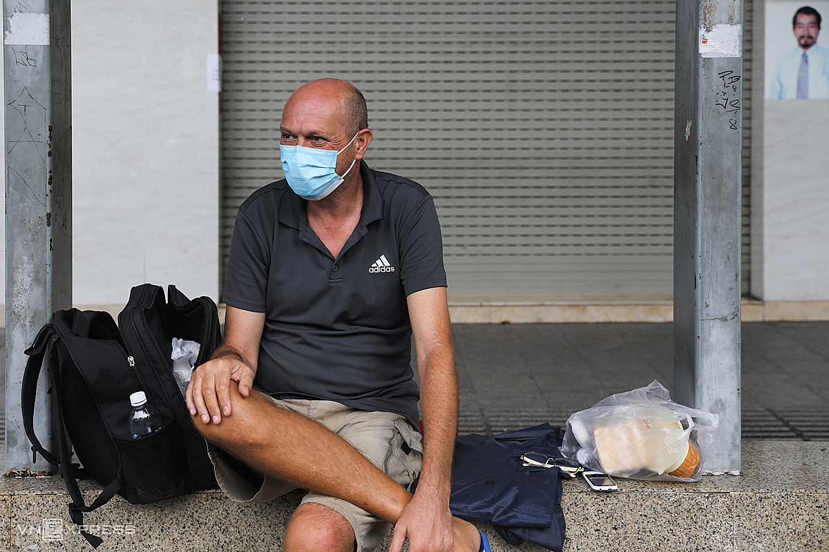 A Briton wanders in HCMCs District 1 after losing his English teaching job in the pandemic. Photo by VnExpress/Quynh Tran