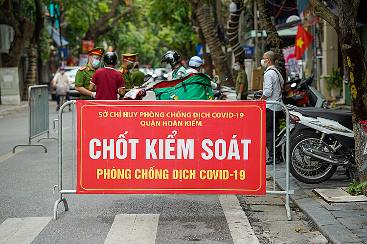 On the afternoon of August 27, the special task force of Hoan Kiem district (Hanoi) coordinated with the Peoples Committee of Hang Bong Ward to set up a checkpoint at the intersection of Hang Bong - Phung Hung. For tight control, all vehicles passing through the gate are required to stop to check the road permit.