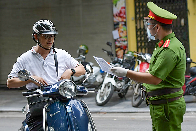 At the checkpoint, the special task force detected and handled a series of cases of unnecessary going to the street, non-compliance with 5K and traffic violations.A man presented a travel pass but was not wearing a mask and showed signs of being intoxicated. This person was then made a fine of 2 million VND.