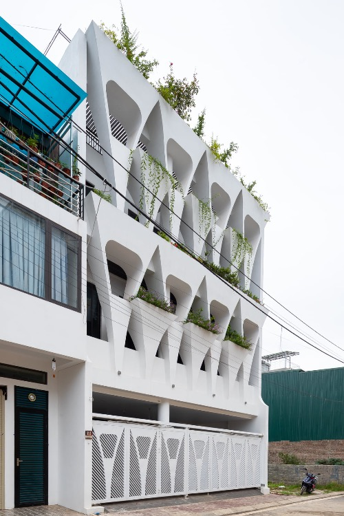 The three-generation family wanted to have a house with a lot of greenery and natural light. Notably, they wanted plenty of space for their four children to play. Architects give the house a distinctive facade with a lot of voice for homeowners to enjoy natural light and plant trees on their balconies.