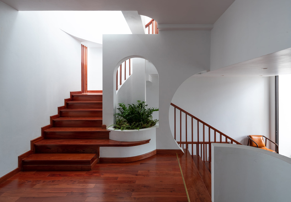 A skylight is located at the back of the house, which usually receives the least light.