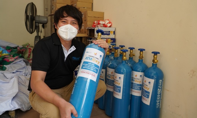 A man holds an oxygen tank as part of the Oxy ATM initiative giving oxygen to the needy in HCMC. Photo courtesy of Hoang Tuan Anh
