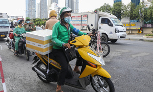 HCMC delivery personnel struggle in high-risk Covid areas
