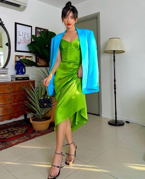 A bright blue blazer combining with the dress gives Linh a burst of brightness.