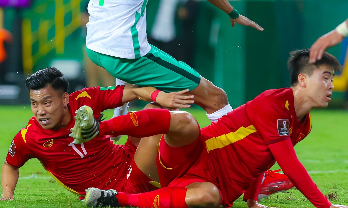 Vu Van Thanh (L) and Do Duy Manh during Vietnams World Cup qualification game against Saudi Arabia, September 3, 2021.