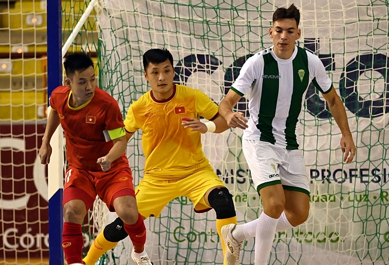 Two Vietnam players (L) in a friendly futsal match with Cordoba CF on September 4, 2021. Photo by Vietnam Football Federation