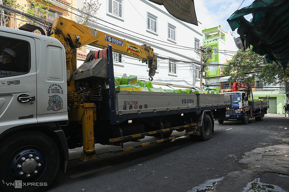 At 9 a.m., two crane trucks carrying 2,000 gifts from the BDS Charity Association to An Quang apartment building (ward 9, district 10) distributed to households here.In the past, it took us a lot of time and energy to get to the apartment building and had to climb many floors to give gifts. On the 4th day, the sponsor supported the crane, so volunteering was faster and brought more food for people. , said Mr. Tran Huy Dang, Team Leader.An Quang apartment building was built in 1968, has four floors, no elevator. Rows of houses have deteriorated.