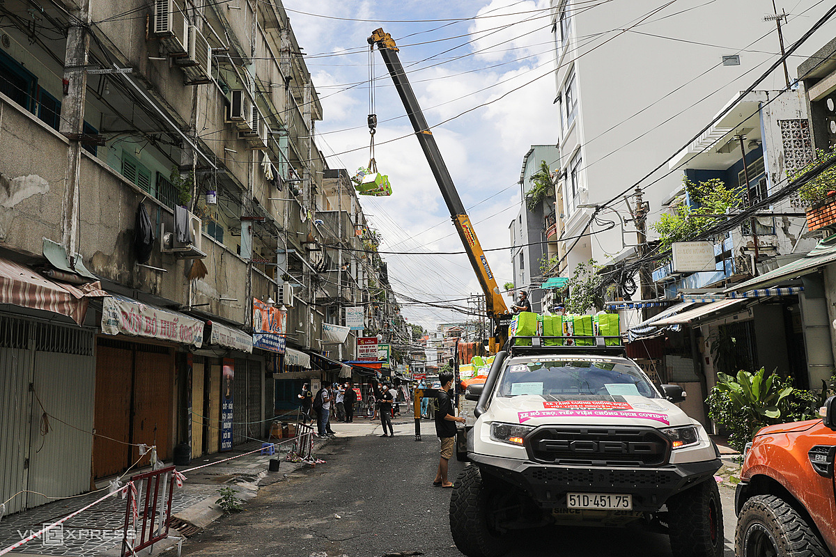 The group used two 6.5- and 2.5-ton crane trucks, each carrying more than 400 gifts. Cars parked between apartment blocks have a large space, few wires to bring gifts to each block.