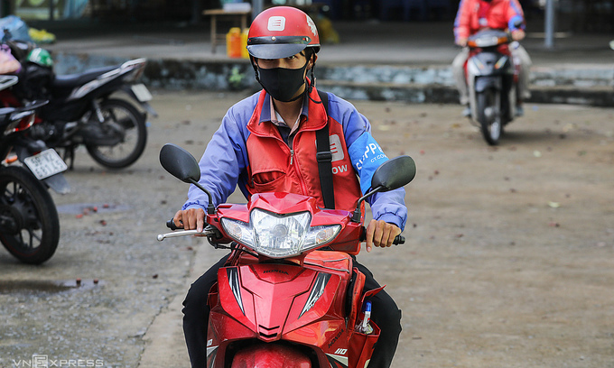 Shippers, food stores in HCMC may be allowed to work until 9 pm
