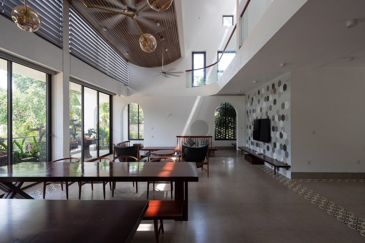 The 250-meter-square house, surrounded by trees, is filled with sunlight, thanks to the roof and glass windows.