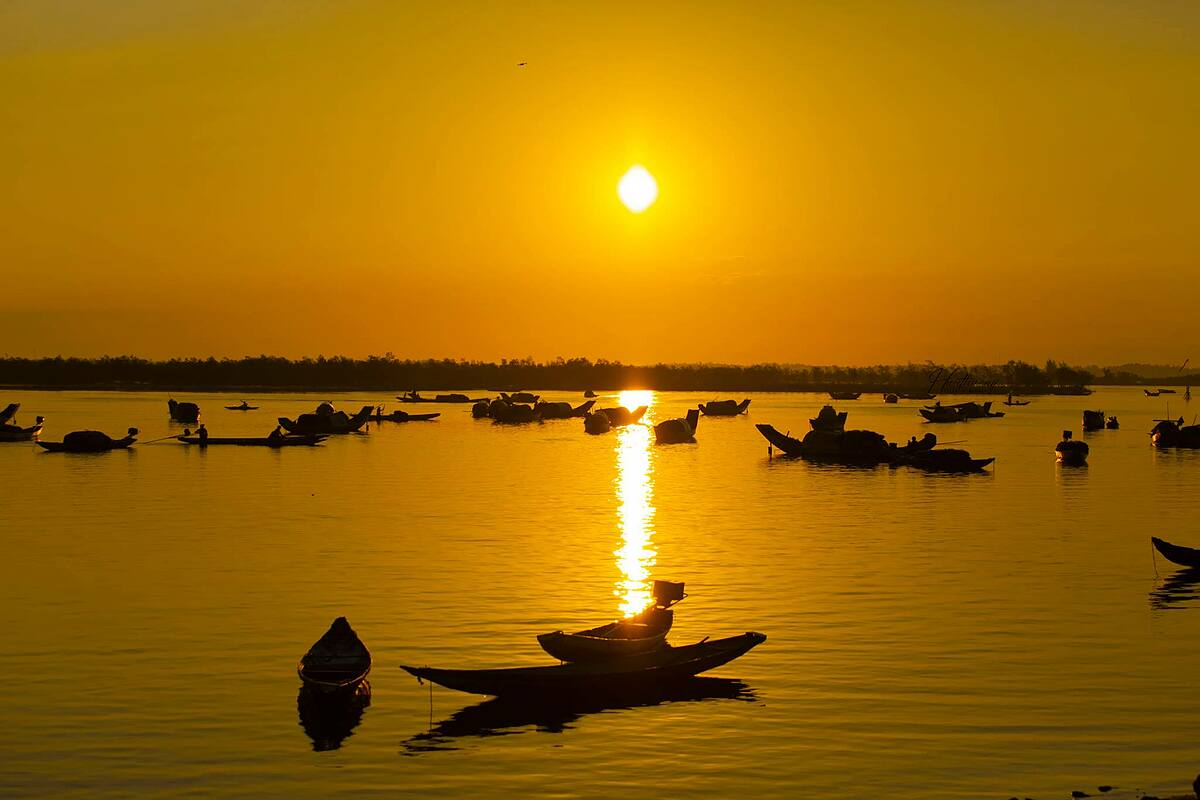 Located on Tam Giang Lagoon in Quang Dien District, around 25 kilometers from downtown Hue, the small fishing village is home to around 200 families whose boats are their lifelines for generations. Ngu My Thanh fishing market is considered Hue's busiest, with boats converging here from dawn.