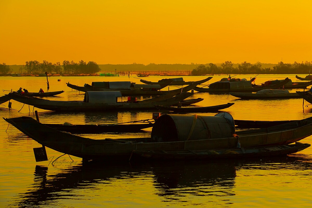 Huu Thuong, a freelance photographer in Hue, who took these photos, said he woke up and came to the fishing village around 5 a.m. and chose a beautiful angle to wait for the sun to rise. Summer is the perfect time to catch sunrise moments.