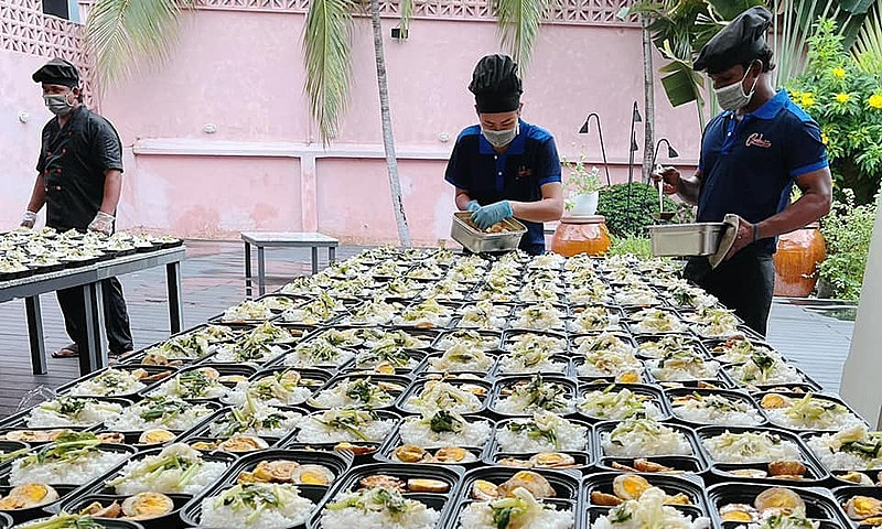 Robins employees prepare free meals to give them to needy people and frontline workers in HCMC, August 2021. Photo courtesy of Robin Deepu.