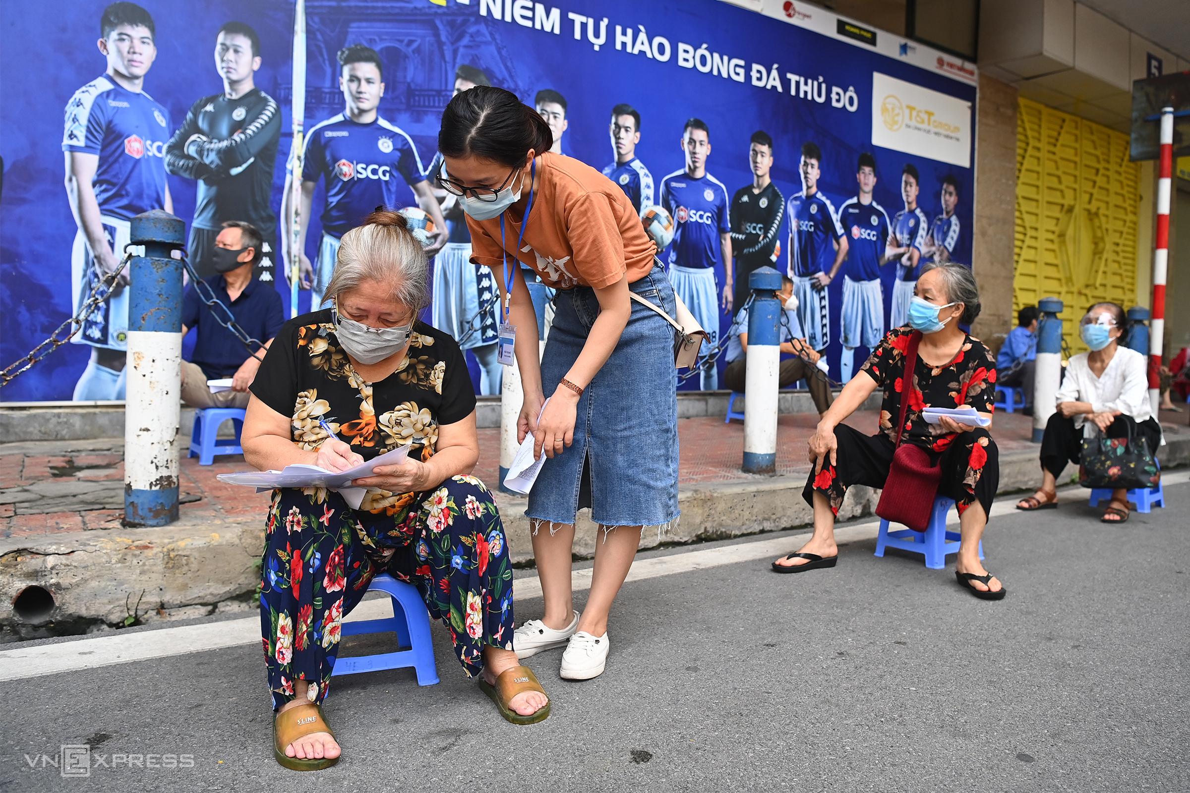 Hanoi deploys simultaneous Covid testing, vaccination sites