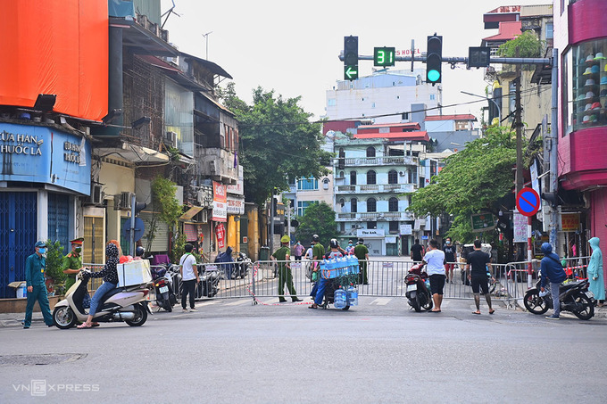 Barricades are installed on Nguyen Khuyen Street after Hanoi puts Van Chuong and Van Mieu wards in Dong Da District under lockdown, August 21, 2021. Photo by VnExpress/Giang Huy