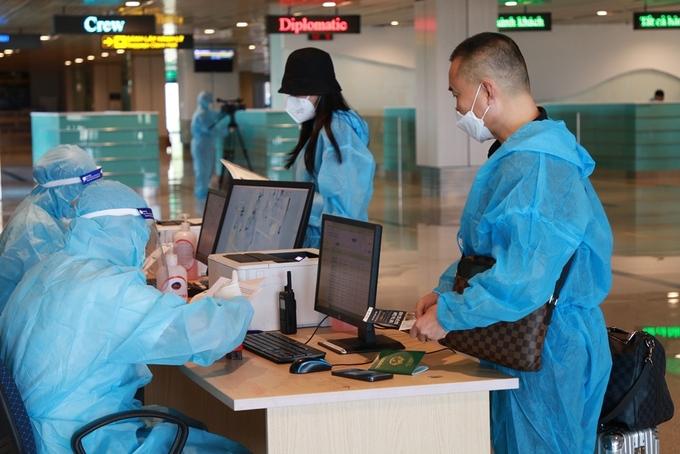 Vietnamese passengers undergo custom procedure at Van Don Airport, Sept. 12, 2021. Photo by VnExpress/ Binh Minh