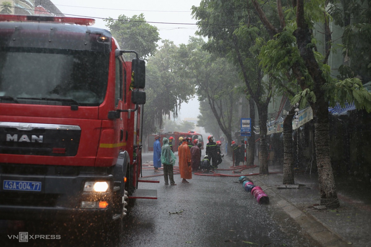 A fire hits a restaurant on Ngo Gia Tu Street at 2 p.m. Dozens of firefighters arrive and contain the fire in five minutes.  Many gas cylinders are found at the scene, even the restaurant has stopped working and had no one for nearly two months due to Covid-19 restrictions. The culprit of the fire is said to be the prolonged downpour, making the electricity system wet and causing the fire.