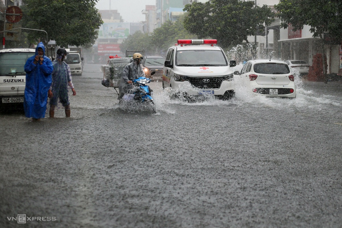 Downpours on Sunday afternoon flood Le Duan Street, located in Thanh Khue and Hai Chau districts. The water level, reaching up to 50 cm, makes it difficult for vehicles to travel.  Due to the tropical depression from the storm, Da Nang receives up to 200 mm of rain on Sunday, and 250 mm in some areas.