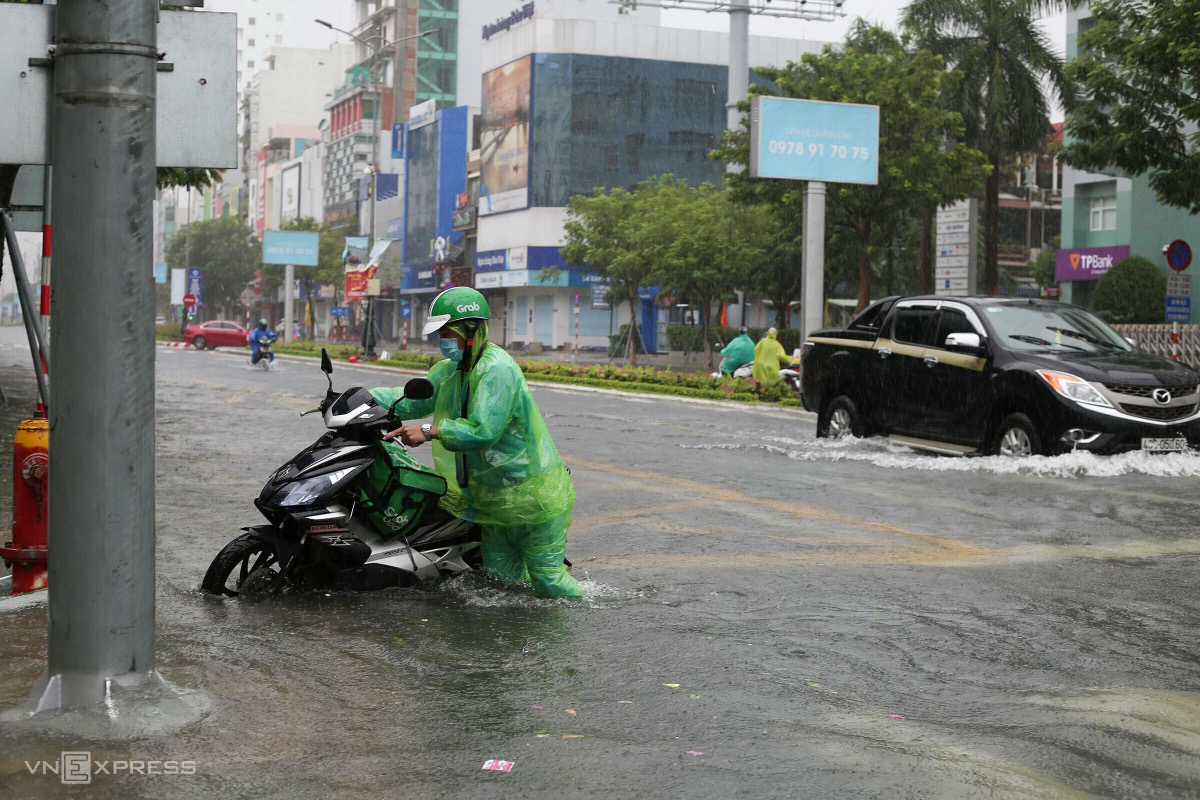 Many motorbikes die on Nguyen Van Linh Street.