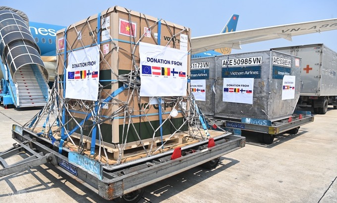 Vaccines and medical equipment donated by European countries and Vietnamese in Europe arrive in Hanoi, September 12, 2021. Photo by VnExpess/Giang Huy