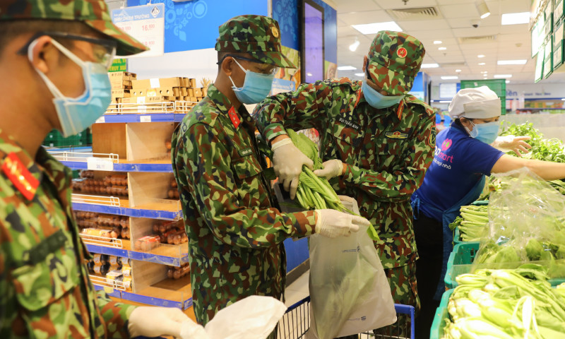 Military personnel do grocery shopping for residents in Binh Thanh District, Ho Chi Minh City on August 25, 2021. Photo by VnExpress/Quynh Tran