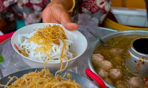 Mekong vendor serves up Vietnamese noodles with coconut cream for two decades