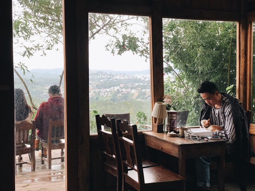 Located under a mountainous hill, Cheo Veooo cafe is a 30-square-meter wooden house surrounded by green trees. It's not easy for first-comers to find without instruction from locals as guests have to run through a green pine forest with only a few houses along the way to reach it.