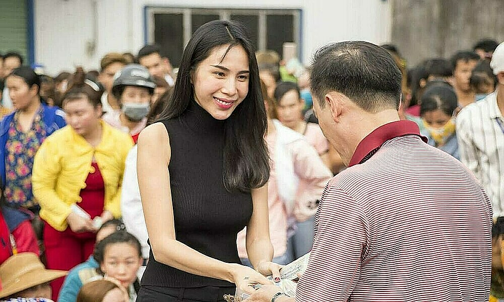 Pop singer Thuy Tien hands over money to a flood victim in the central region in 2020. Photo courtesy of Thuy Tien