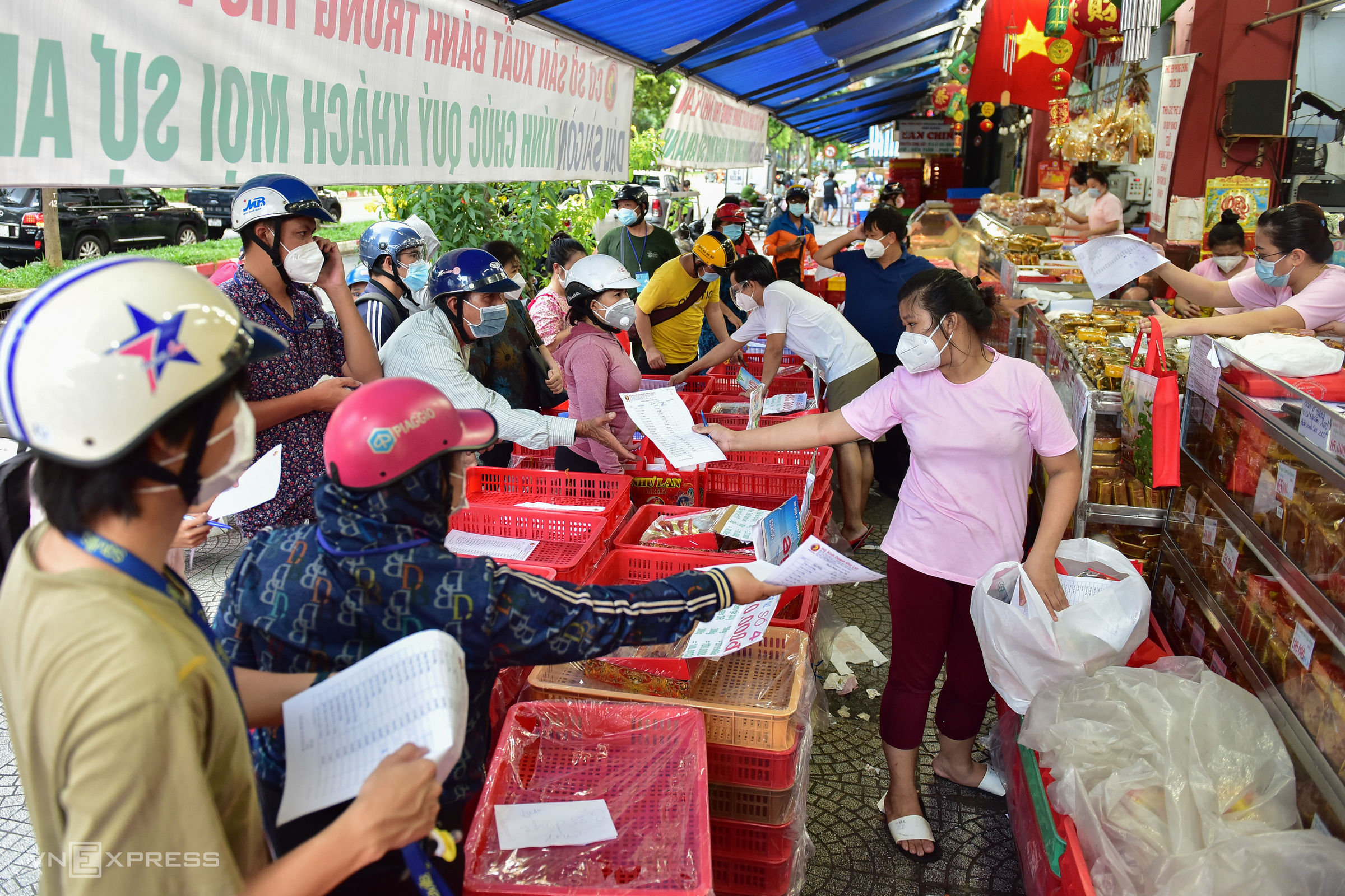 HCMC people queue for moon cakes