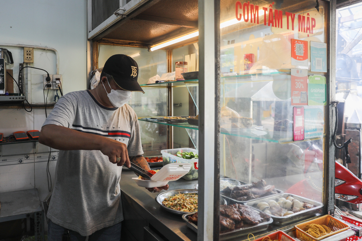 Hoang Tuan's com tam restaurant on Le Van Luong Street has made deliveries for two days. According to Tuan, he used to sell more than 1,000 meals before the pandemic, but now the number is only 200.I had halted my business for more than 90 days and still have to pay VND16 million for monthly rental. Even the number of sold meals is not high now, I feel relieved that I can resume my business, said Tuan.