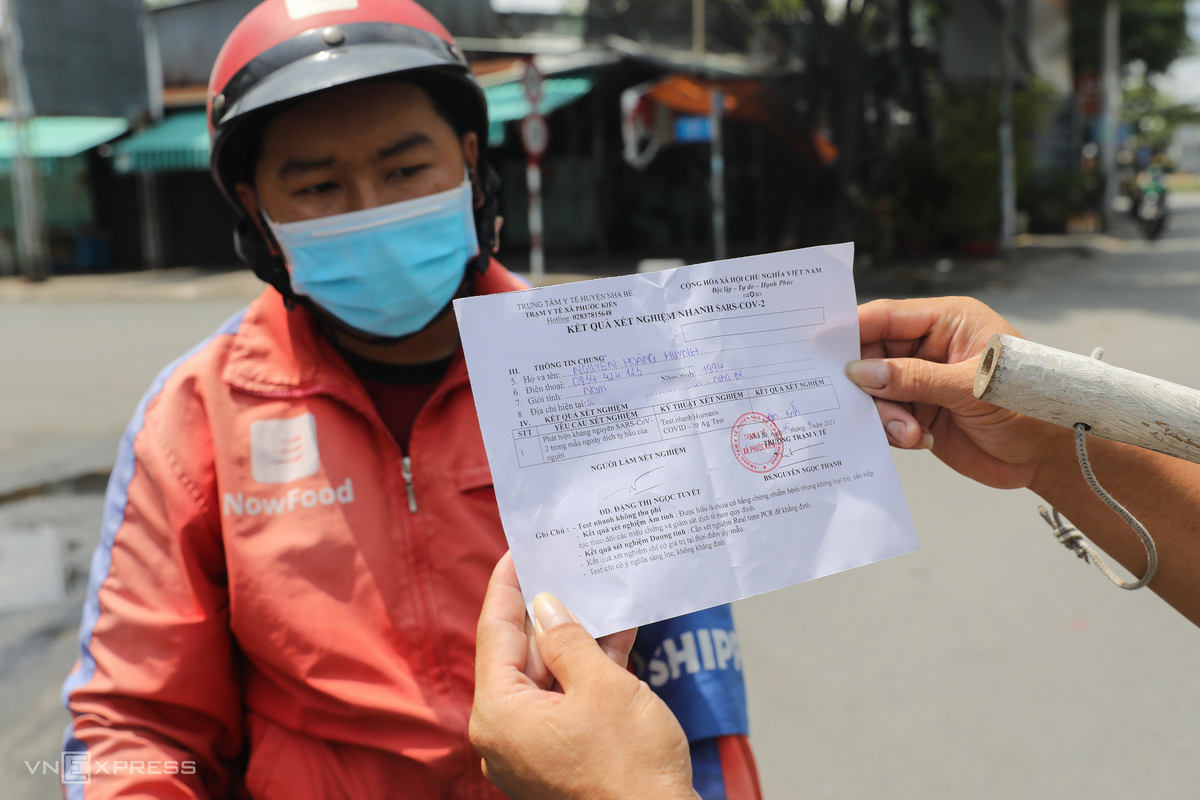 Some checkpoints also require people to show their negative tested results. Previously I made 15 deliveries per day when they allowed us to travel in one district, now within two hours, I have made six, said delivery worker Nguyen Hoang Huynh.