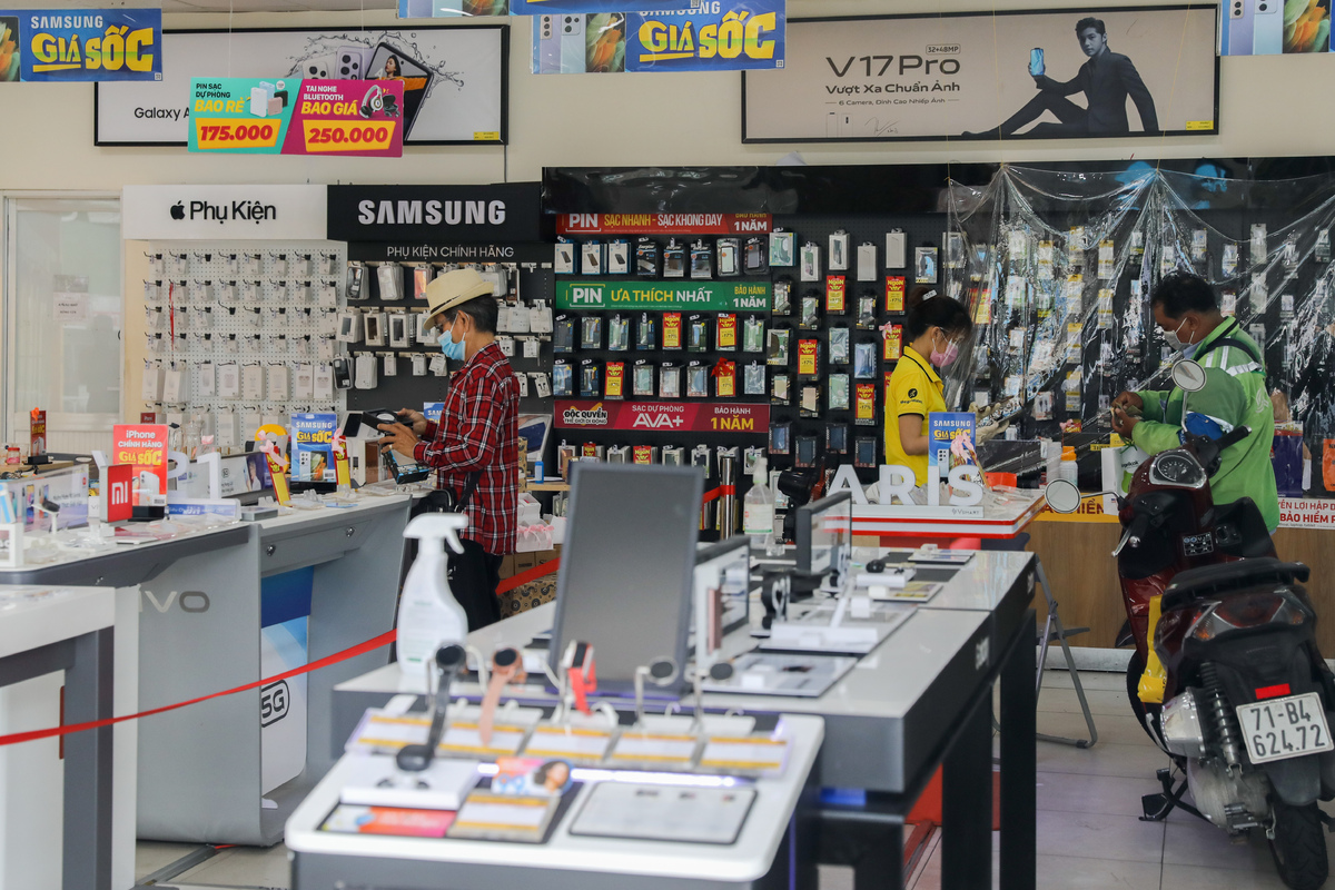A mobile phone shop on Le Van Luong Street has also resumed its business, with only three customers allowed to enter at once. Most of the business outlets in District 7 have not reopened because they failed to meets the city's requirements.The city has also allowed a number of other businesses to resume, though only between 6 a.m. and 9 p.m., including postal and telecommunications services, offices, informatics and schooling equipment sellers. Also given the green light are those that supporting agricultural production, food production, processing and trading; veterinary facilities; maintenance and repair works; transport machinery and equipment maintenance and repair services; and those that sell vehicle parts.