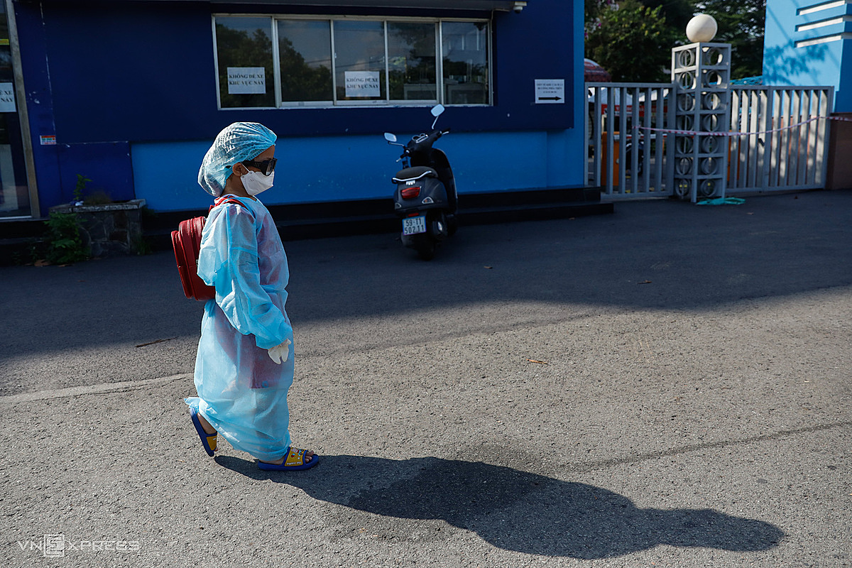 A kid leaves a Covid-19 centralized quarantine facility in HCMCs Thu Duc City in June 2021. Photo by VnExpress/Huu Khoa