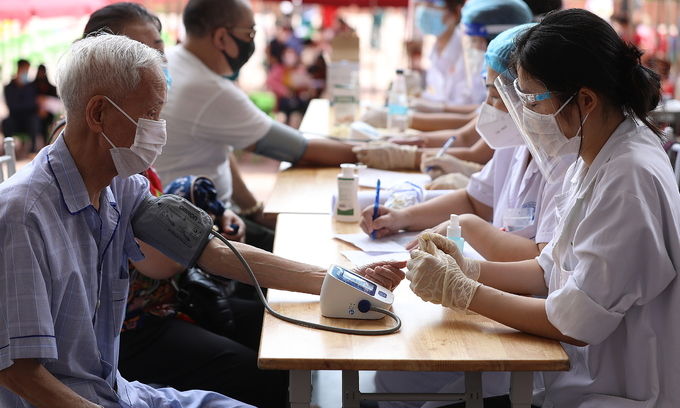 Hanoi ward requires Covid vaccine refusers to 'take responsibility for infections'