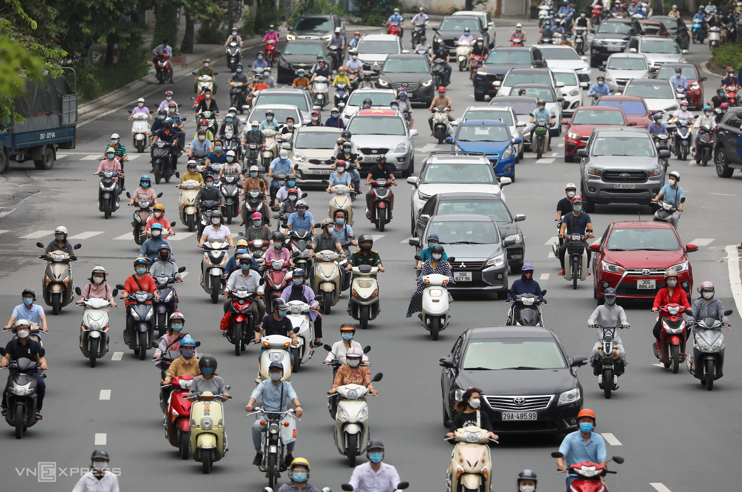 Vehicles fill up Hanoi streets as Covid checkpoints removed