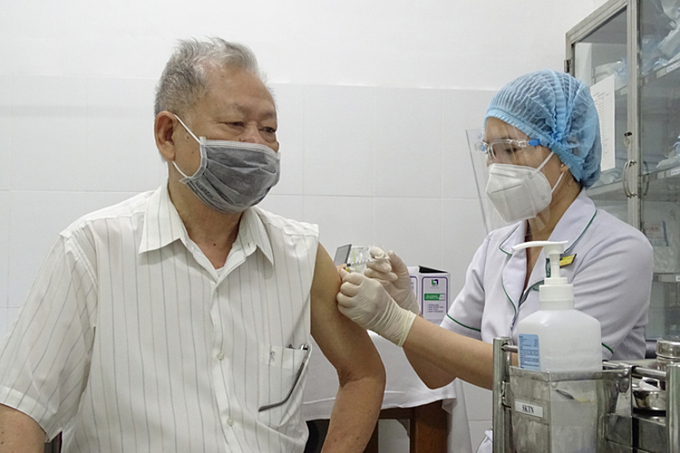 A man is vaccinated against the coronavirus in HCMCs Thu Duc City, July 22, 2021. Photo by VnExpress/Ha An
