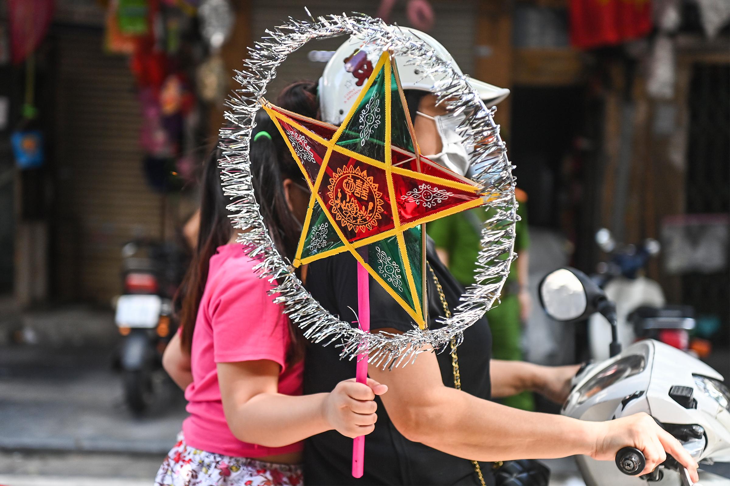 No glow on Hanoi's lantern street as Mid-Autumn Festival approaches