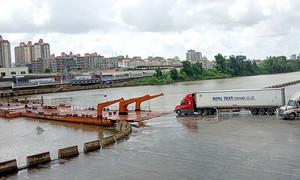 Import squeeze chokes Vietnam-China border