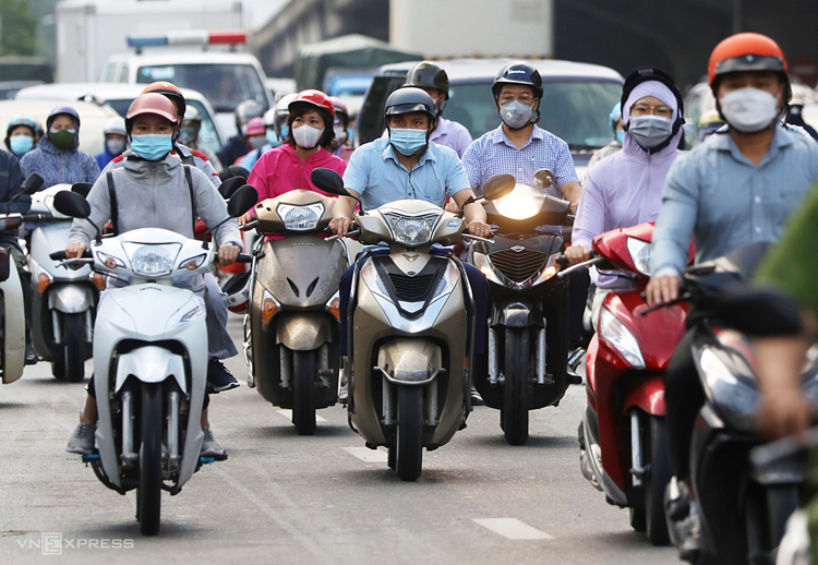 Cars and motorbikes swarm Nguyen Xien Street in Thanh Xuan District on September 17, 2021. Photo by VnExpress/Ngoc Thanh