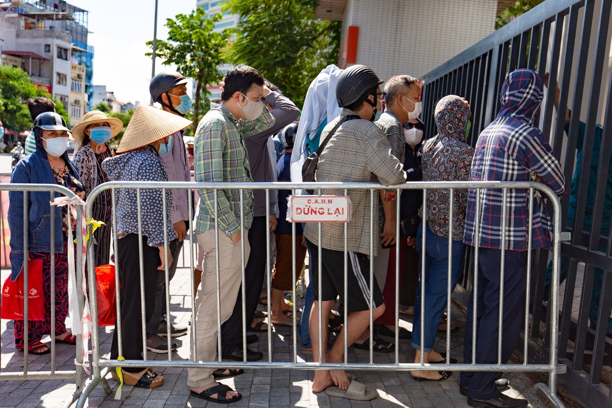Many people cut the line, trying to approach the gate and causing chaos.