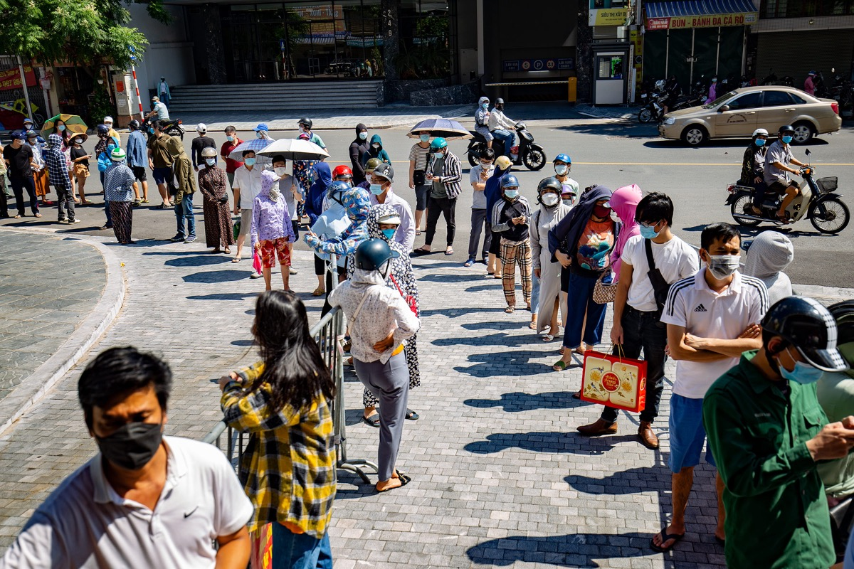 After 15 minutes, the situation got better when people finally stood in lines, invading Thuy Khue Street, patiently waiting their turn to enter the school and buy the traditional cakes.