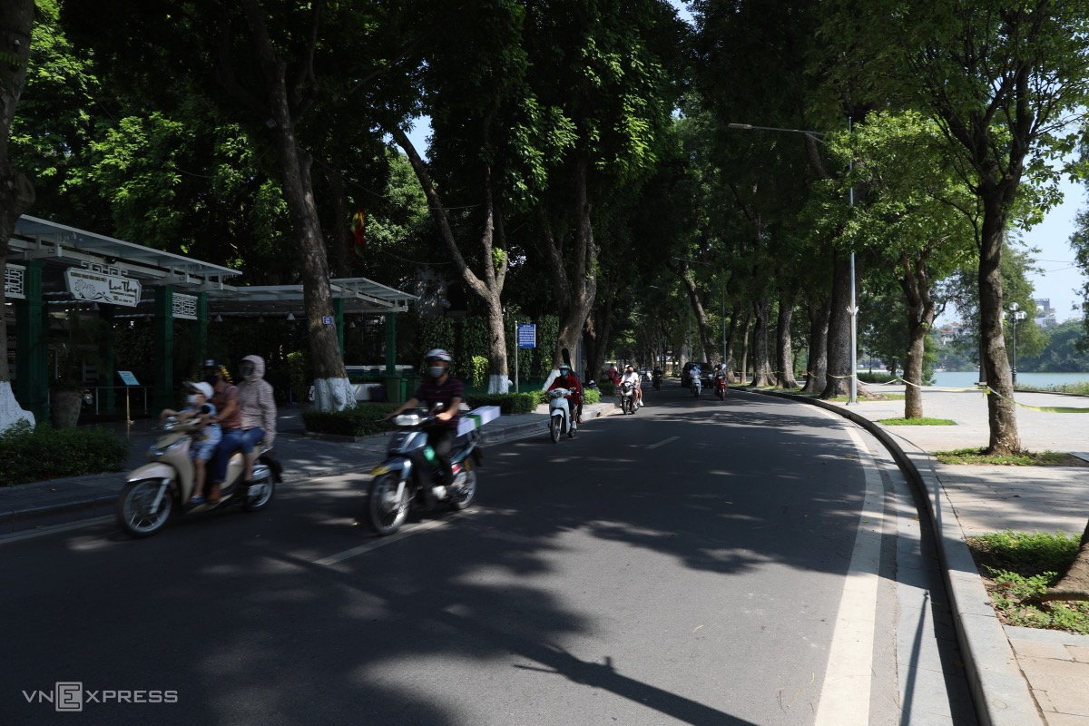 Le Thai To Street around Hoan Kiem Lake is no longer deserted as it was during the two-month seme-lockdown.The city has also allowed malls and barbershops to reopen, while businesses can resume on-site operations at 50 percent capacity.