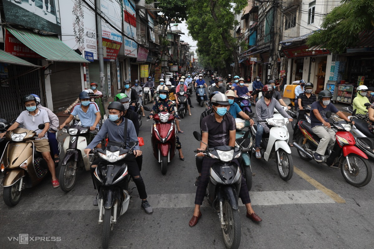 Without a Covid-19 checkpoint, De La Thanh Street is filled with motorbikes.