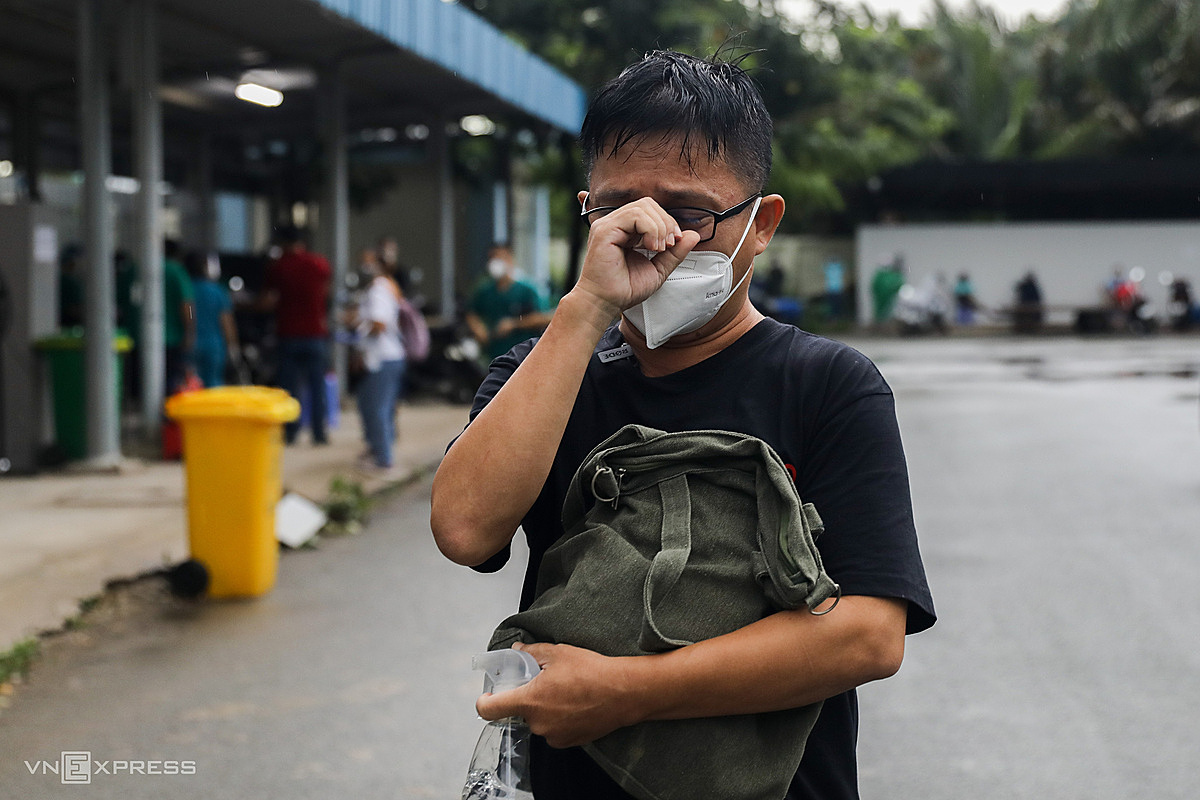Duc burst into tears as he hugged a bag containing his fathers memorabilia. I didnt think my father passed away so quickly, now seeing these items I feel very regretful, because there are many things that cannot be done for him, he said.