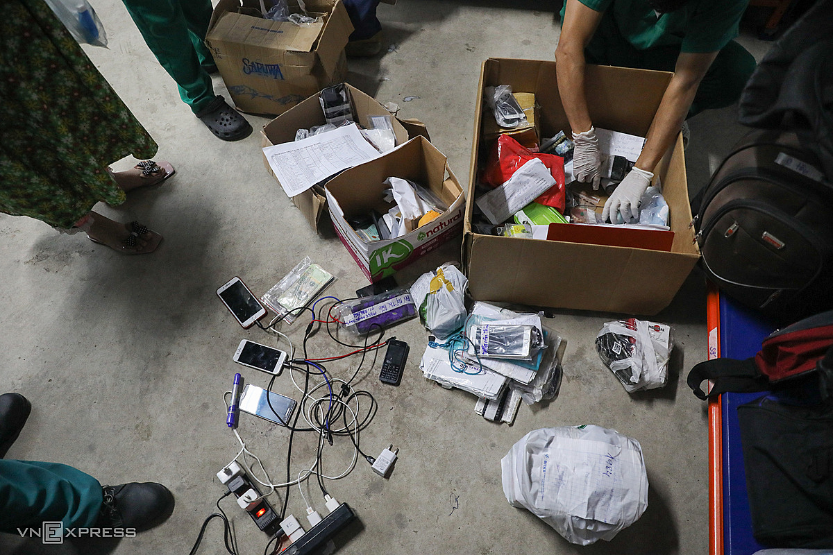 The memorabilia of Covid-19 patients are quite abundant, most are phones, identification papers, cash, clothes... Most phones that run out of battery will be recharged and waiting for family members to arrive. identified by calling the number.