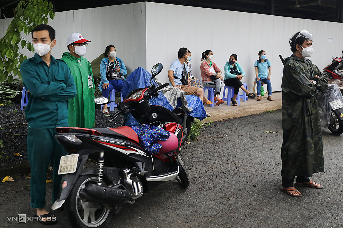 At 16:30, there were still nearly a dozen people waiting at the gate waiting for their turn to go in and carry out procedures to receive their familys belongings.Hospital leaders said that, every day, medical staff made about 100 phone calls to the victims family for the past three days. But only about 20 people came to receive it because most of their relatives who were in isolation or were being treated for Covid-19 could not come.In some other field hospitals, when a patient dies, a family member will deliver the memento. In case the family member has not been able to come, the belongings of the deceased will also be kept and waiting for the next of kin to receive.