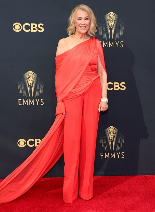 Canadian-American wears a Cong Tri creation at the Emmy 2021. Photo by AFP