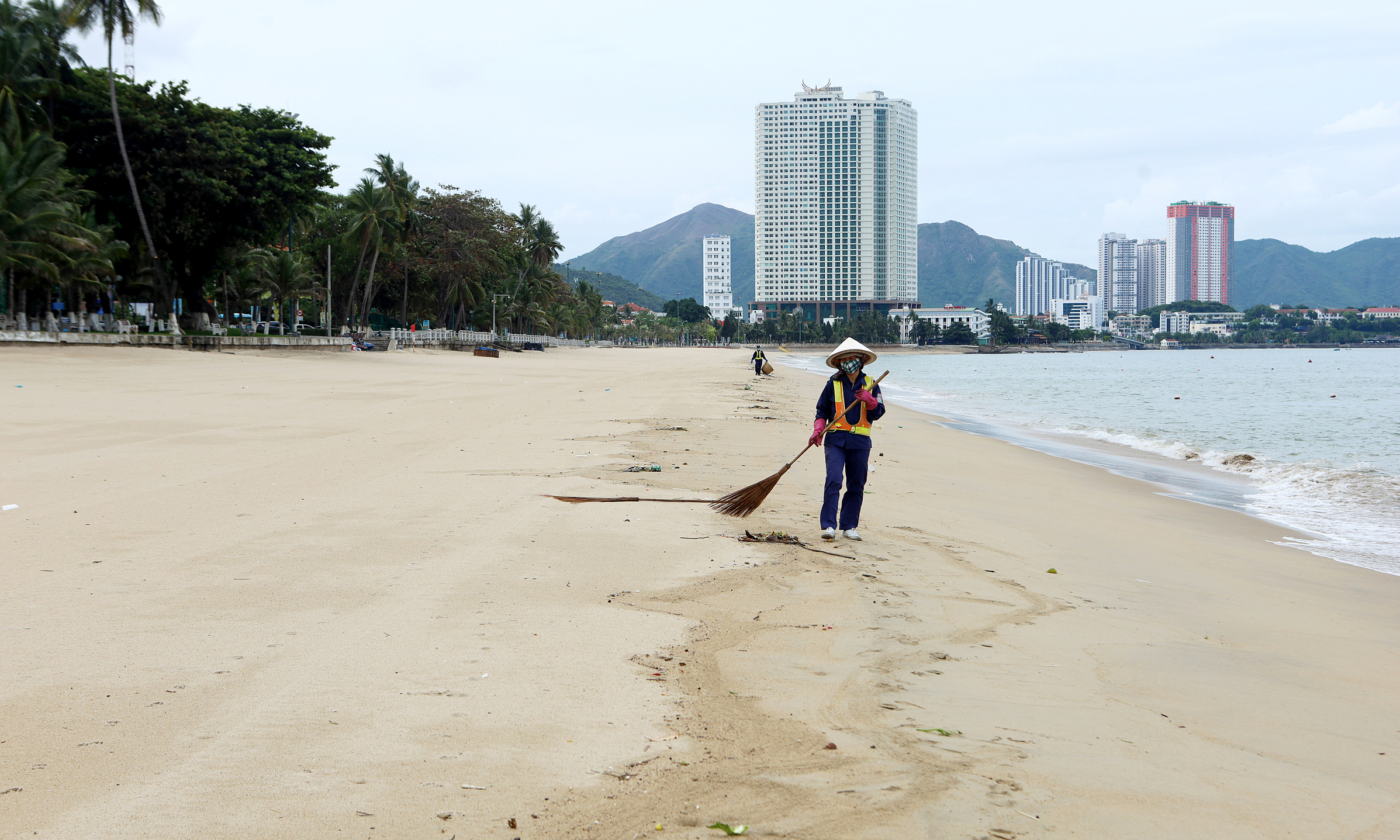 The beach of Nha Trang Town in Khanh Hoa Province is left deserted as the province imposes stringent social distancing rule in July, 2021. Photo by VnExpress/Xuan Ngoc
